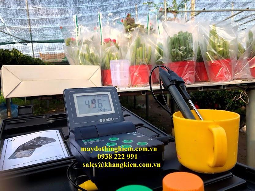 đo thực tế độ mặn tại nhà người dân trồng hoa
