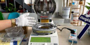 Đặt thiết bị chính trên bề mặt phẳng, ổn định